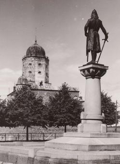 Torkkeli Knuutinpojan patsas katselee Viipurin linnan tornia.
